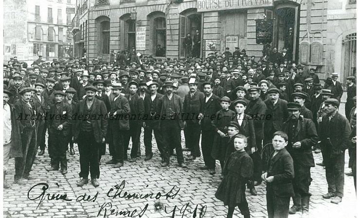 Grève des cheminots où furent recensés 600 grévistes défilant entre le bourse du travail, place des Champs-Jacquet et la gare de Rennes, 1910 (210 J 165)